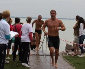Benkovics Péter egy balatoni triatlonverseny közben.